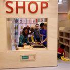 """Kate Middleton dans le magasin de cette """"mini-ville"""", se prête au jeu"""