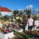 Les fans se recueillent devant la tombe de Johnny.