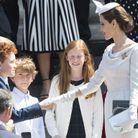 Les enfants se pressent pour saluer Angelina Jolie !