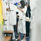 Angelina Jolie est vêtue d'une robe immaculée, d'un sac à main Christian Dior et de sandales Fendi