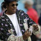 Jay-Z entrain de prendre sa fille en photo sur le terrain du Super Bowl