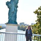 Devant la statue de la Liberté