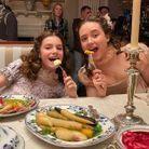 Hyacinth (Florence Hunt) et Francesca (Ruby Stokes)