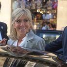 Brigitte Macron, tout sourire, quitte l'exposition Dior le 3 juillet