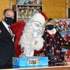Mercredi, la famille a assisté à la traditionnelle distribution de cadeaux de Noël sur le Rocher