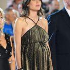 Une robe nouée à la taille qui ne cache plus l'heureux événement !