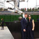 Devant la statue de David Beckham