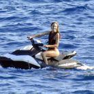 Candice Swanepoel sur un jet-ski au large d'Ibiza