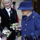La reine a reçu un bouquet de fleurs d'une petite fille