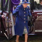 La reine d'Angleterre sort de la voiture, accompagnée par sa fille, la princesse Anne