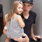 Qui est cette jolie petite fille dans les bras de son grand frère?