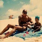 La petite Tina avec son père à la plage