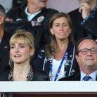 Julie Gayet porte un chemisier léopard, François Hollande un costume et une cravate bleue