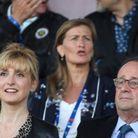 Julie Gayet semble ravie d'assister à ce match amical