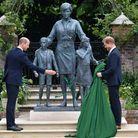 Les fils devant la statue de leur mère