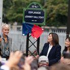 La maire de Paris dévoile le panneau de l'esplanade avec Laeticia et ses filles