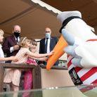 Gabriella de Monaco était ravie de saluer la mascotte de l'événement