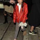 Joy Hallyday en 2017 reine du style avec son blouson en cuir rouge et son doudou