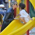 Moment de complicité mère-fille à la sortie du toboggan en 2014