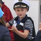 Le prince George s'amuse sur un bateau