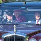 La reine Elizabeth II s'affiche radieuse devant la foule