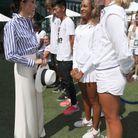 La duchesse de Sussex a fait sensation dans son pantalon blanc et sa chemise à rayures