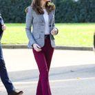 Elle est vêtue d'un pantalon bordeaux de la marque Joseph