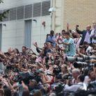 La foule devant l'hôpital pour apercevoir le futur roi d'Angleterre