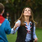 Kate Middleton lance son bonhomme en papier dans les airs