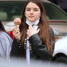 La jeune fille tombe le masque pour déguster sa glace