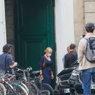 Katy Perry s'est arrêté à la boutique Acne Studios de la rue Froissart dans le 3e arrondissement de Paris