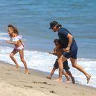 Les enfants font la course sur la plage avec leur oncle Scott Disick