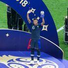 Après la finale, il reçoit le trophée du meilleur jeune joueur