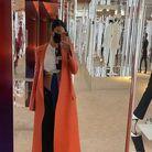 La star prend une selfie avant de se rendre à la Revolve Gallery