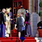 Le prince Albert en haut des marches, accueillait les invités