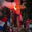 On allume des fumigènes sur les Champs-Elysées.