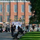 Devant le Palais de Kensington