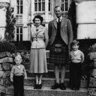 Photo de famille avec son père, sa mère et sa soeur, la princesse Anne