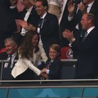 Le prince George tombant dans les bras de Kate Middleton au moment du but de l'Angleterre