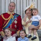 Le prince Louis dans les bras de sa maman Kate Middleton