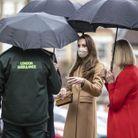 Kate et William discutent avec des ambulanciers et secouristes