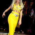 Claudia Schiffer défile pour Versace, en septembre 1992.
