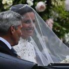 Pippa Middleton et son père arrivent à l'église