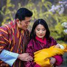 Le roi et la reine du Bhoutan avec leur premier fils, né le 16 mars 2016