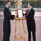 On installe l'acte de naissance dans la cour du palais de Buckingham