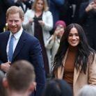 Harry et Meghan Markle sourient à la foule