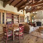 Un salon composé d'une bibliothèque