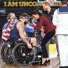 La remise des médailles par le couple royal après la finale de basket en fauteuil roulant