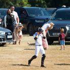 Alors que le prince Harry retourne sur le terrain, Meghan Markle ramasse un ballon envoyé par un petit garçon