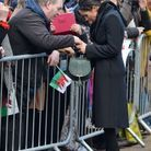 Meghan Markle signe quelques autographes.